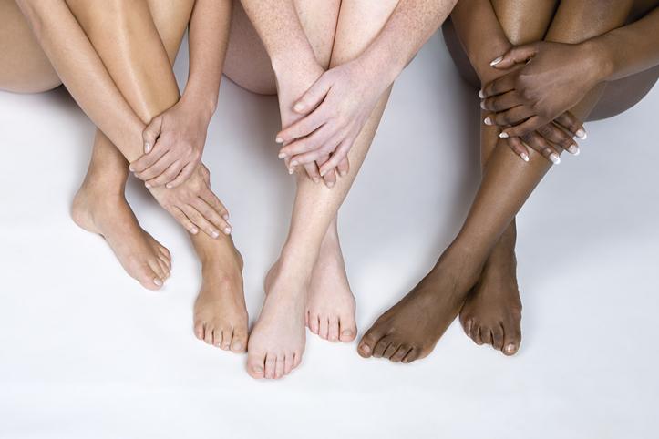 Beine von Frauen mit unterschiedlichen Hautfarben