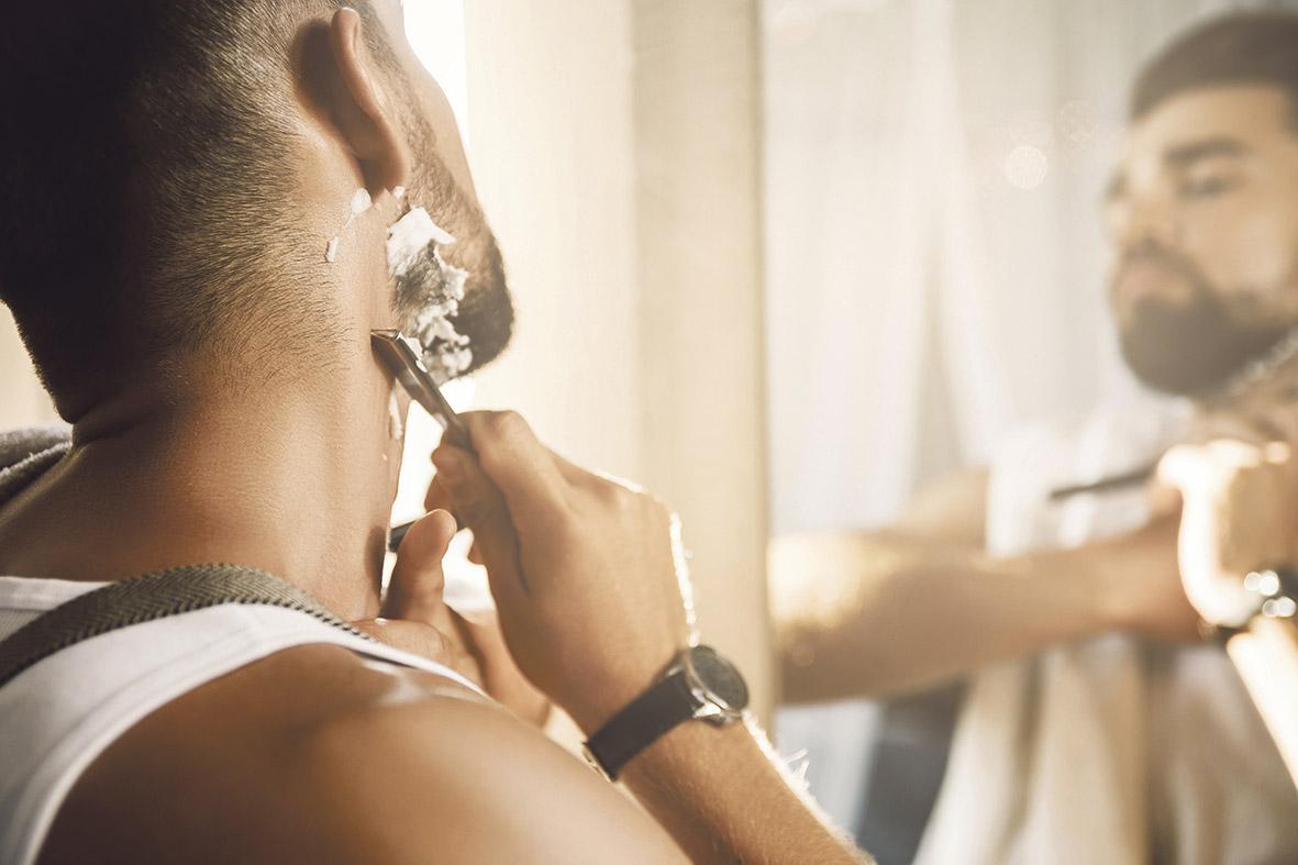 Mann bei der Rasur.