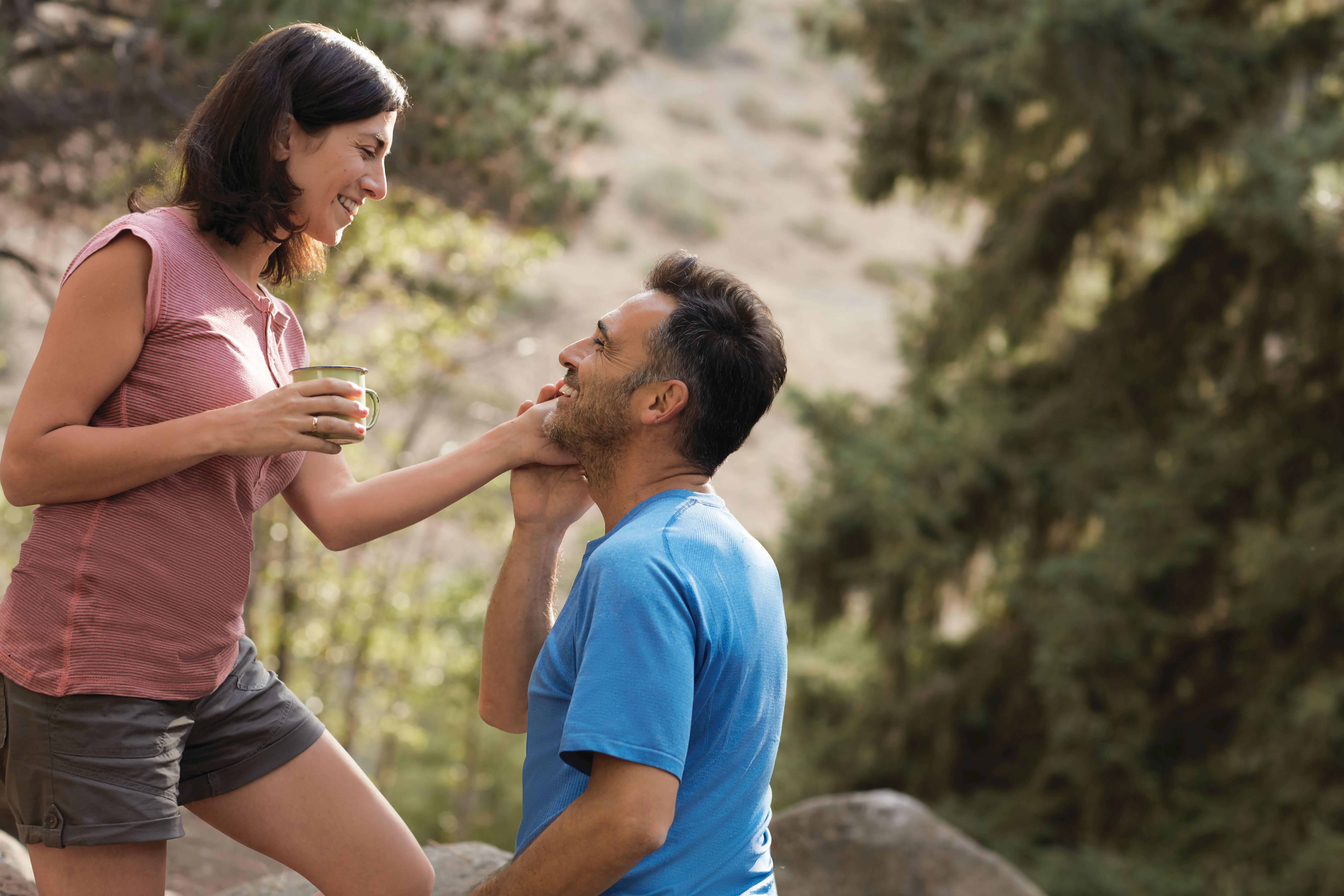 Eine Frau und ein Mann in der Natur. Thema Psoriasis