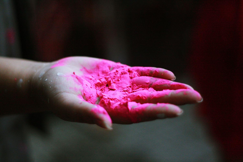 Rosa Farbe auf einer offenen Handfläche; Thema: Schutzhülle