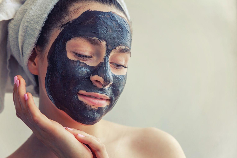 Frau mit einer Schlammmaske im Gesicht