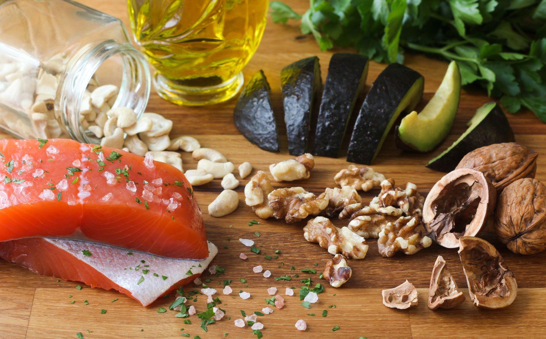 Tisch mit gesunden fetthaltigen Lebensmitteln