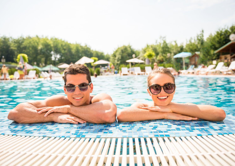 Ein Paar im Freibad. Thema: Begleiterkrankungen bei Schuppenflechte