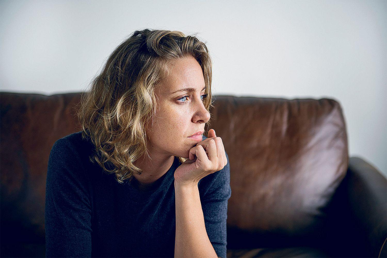 Frau guckt nachdenklich in die Ferne. Thema: Aufklärung bei Hauterkrankungen