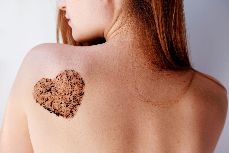 Frauenrücken mit Herzsymbol