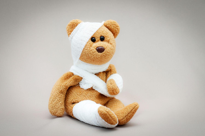 Teddybär mit vielen Verbänden. Thema: Chronische Wunden