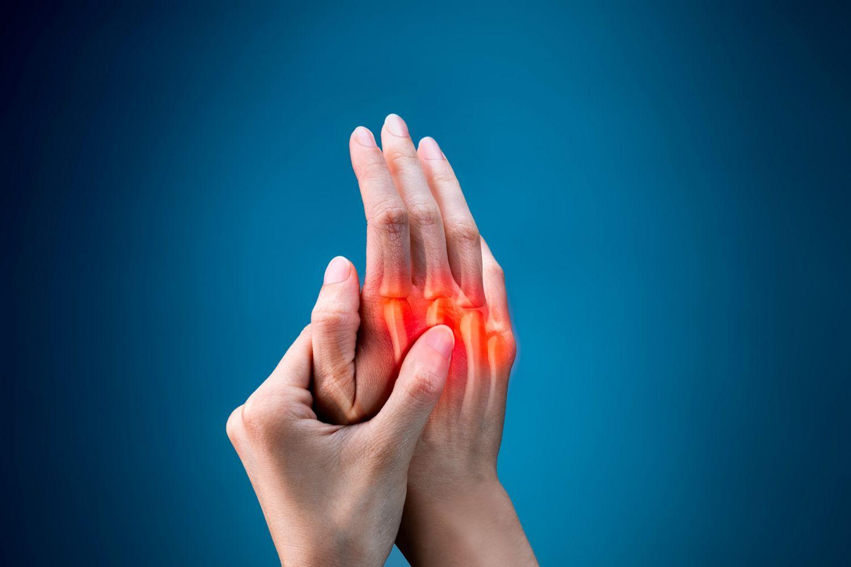 Linke Hand berührt schmerzende rechte Hand